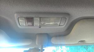 Передний плафон освещения и кнопки управления люком
